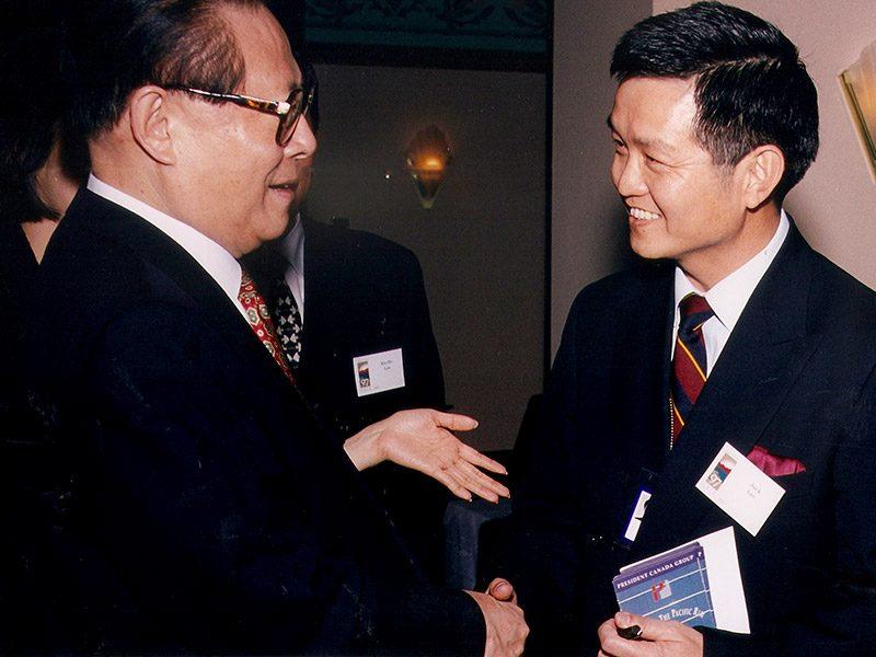 Mr. Jack Lee greeted General Secretary Jiang Zemin of China during 1997 APEC at Vancouver BC <br> 李安邦在特別貴賓酒會上,歡迎到訪加拿大溫哥華參加亞太經濟合作會議的江澤民主席